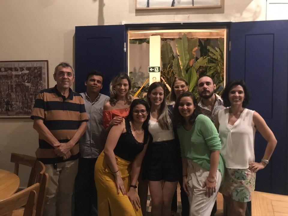 Equipe da Divisão de Estudos e Projetos composta por 09 pessoas em frente a uma janela